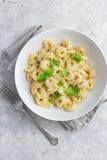 乳酪意大利式饺子供食用巴马干酪和蓬蒿 免版税图库摄影