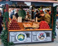 乳酪摊位在布里斯托尔圣诞节市场上 库存图片