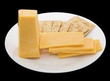 乳酪方形的盐味的薄脆饼干隔绝了黑色 免版税库存照片