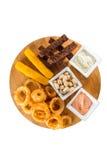 乳酪棍子、洋葱圈、薄脆饼干、盐味花生和调味汁 免版税库存图片
