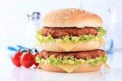乳酪汉堡双 免版税库存照片