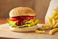 乳酪汉堡和油炸物 免版税库存图片