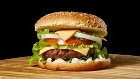 乳酪汉堡用在黑暗的背景的烟肉 特写镜头 宏观射击 股票视频