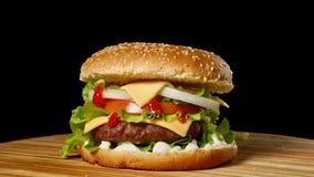 乳酪汉堡用在黑暗的背景的烟肉 特写镜头 宏观射击 影视素材