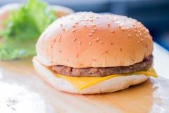 乳酪汉堡的特写镜头 免版税库存照片