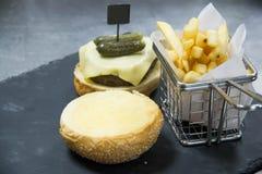 乳酪汉堡膳食用油炸物土豆 库存图片