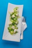 乳酪沙拉用在白色盘的葡萄 库存图片