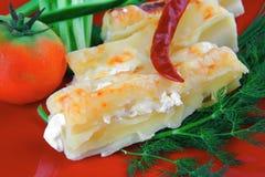 乳酪烤碎肉卷子供食用胡椒和蕃茄 免版税库存图片