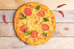 乳酪玛格丽塔酒比萨用蕃茄和蓬蒿,在木土气桌上的素食主义者膳食,顶视图 图库摄影