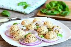 乳酪球开胃菜 可口乳酪球用干草本和烤芝麻籽 库存图片