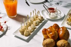 乳酪球面包和油煎用竹子棍子2 库存图片