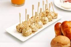 乳酪球面包和油煎用竹棍子 库存图片