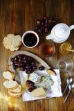 乳酪用在早餐桌上的葡萄 库存照片