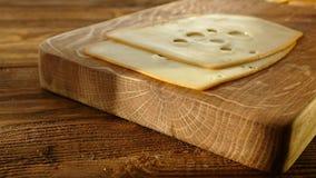 乳酪用在板材的迷迭香 与孔的乳酪在切板 与卷的乳酪 股票录像
