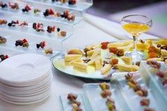 乳酪用干果、坚果和蜂蜜,在板材的快餐,承办宴席 免版税库存图片