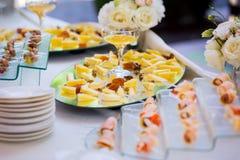 乳酪用干果、坚果和蜂蜜,在板材的快餐,承办宴席 免版税库存照片
