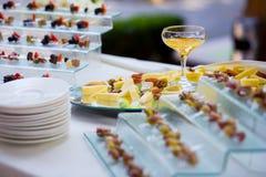 乳酪用干果、坚果和蜂蜜,在板材的快餐,承办宴席 库存照片