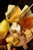 乳酪的不同的类型在黑板的 库存照片