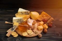 乳酪的不同的类型在黑板的 免版税库存图片