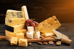 乳酪的各种各样的类型在一张土气桌上的 库存照片