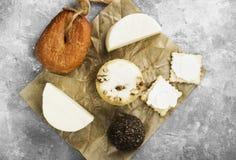 乳酪的各种各样的类型在灰色背景的 顶视图 食物bac 图库摄影