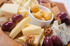乳酪的各种各样的类型在一个木板的 免版税图库摄影