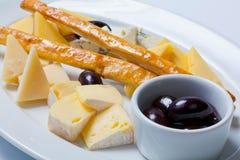 乳酪的各种各样的类型在一块白色板材的 库存照片