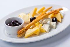 乳酪的各种各样的类型在一块白色板材的 免版税图库摄影