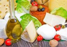 乳酪的各种各样的类型在木头的 免版税库存图片