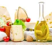 乳酪的各种各样的类型在白色木头的 库存图片
