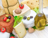 乳酪的各种各样的类型在白色木头的 免版税库存图片