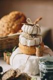 从乳酪的金字塔蛋糕在面包附近朝向,玻璃瓶子,从酒的黄柏 免版税库存图片