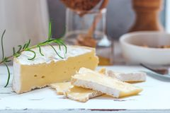 乳酪盘子服务用薄脆饼干、蜂蜜和坚果 在白色木服务板的软制乳酪在白色纹理背景 苹果酱 库存照片
