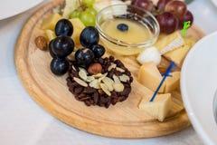 乳酪盘子,葡萄,坚果 免版税图库摄影