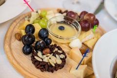 乳酪盘子,葡萄,坚果 免版税库存图片