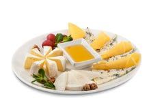 乳酪盘子:巴马干酪、切达乳酪、荷兰扁圆形干酪,无盐干酪和其他 鲜美的开胃菜 查出 顶视图 图库摄影