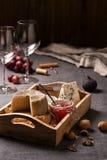 乳酪盛肉盘、坚果和果子 免版税图库摄影