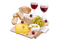 乳酪盛肉盘、葡萄、面包和两杯红葡萄酒 免版税图库摄影