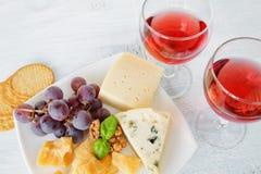 乳酪盛肉盘和两杯红葡萄酒 免版税图库摄影