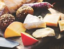 乳酪盛肉盘品种开胃菜面包概念 免版税库存照片