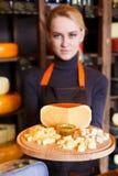 乳酪盛肉盘在售货员手上 免版税库存图片