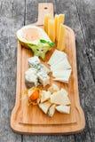 乳酪盛肉盘装饰用梨,蜂蜜,阳桃,在切板的空泡在木背景 快餐和酒开胃菜 图库摄影