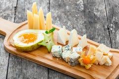 乳酪盛肉盘装饰用梨,蜂蜜,阳桃,在切板的空泡在木背景 快餐和酒开胃菜 免版税图库摄影