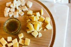 乳酪盛肉盘,在自然木板材的巴马干酪用调味汁 免版税图库摄影
