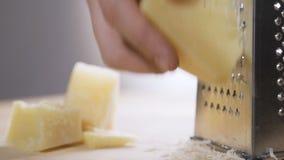 乳酪磨丝器充分的特写镜头用切达干酪 影视素材
