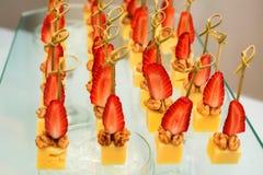 乳酪立方体, stawberry和核桃开胃菜  库存图片