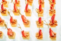 乳酪立方体, stawberry和核桃开胃菜  库存照片