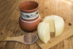 乳酪荷兰扁圆形干酪头切了水罐片断在woode的牛奶匙子 免版税图库摄影