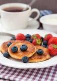 乳酪薄煎饼用新鲜的莓果 免版税库存图片