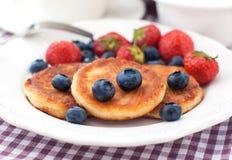 乳酪薄煎饼用新鲜的莓果 库存图片
